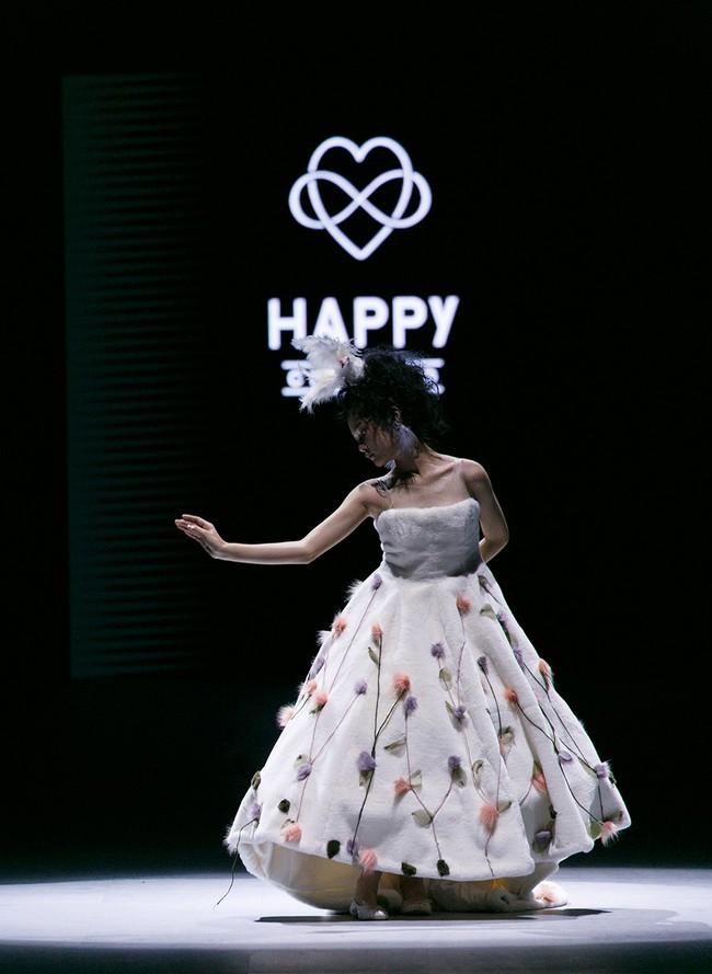 Bản sao nhí Bảo Anh trình diễn chuyên nghiệp, thần thái ngút ngàn tại Tuần lễ thời trang quốc tế Việt Nam - Ảnh 1.