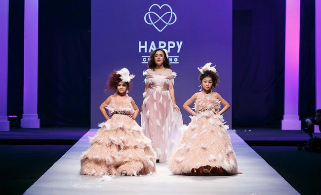 Bản sao nhí Bảo Anh trình diễn chuyên nghiệp, thần thái ngút ngàn tại Tuần lễ thời trang quốc tế Việt Nam - Ảnh 2.