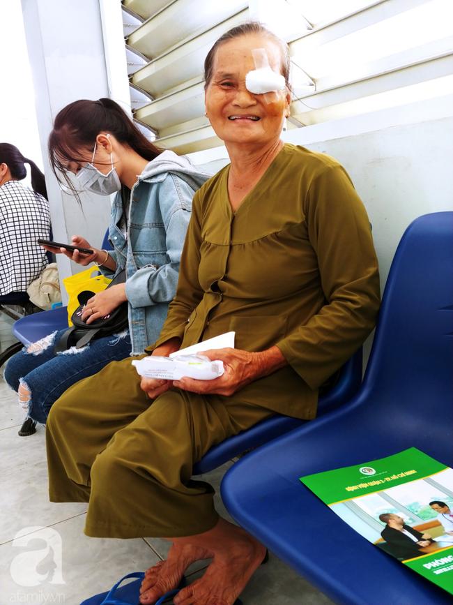 """Hơn 100 phụ nữ miền Tây nghèo bị bệnh """"ra khỏi nhà là té"""" được bác sĩ Sài Gòn đến cứu - Ảnh 15."""