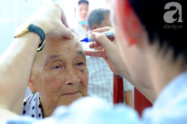 """Hơn 100 phụ nữ miền Tây nghèo bị bệnh """"ra khỏi nhà là té"""" được bác sĩ Sài Gòn đến cứu - Ảnh 4."""