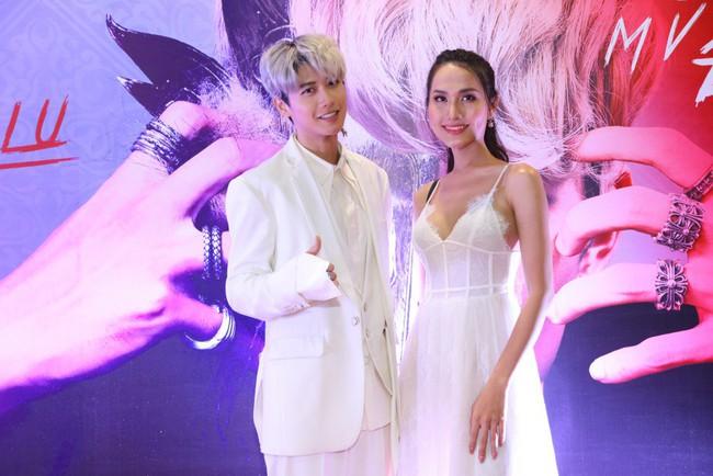 Tóc Tiên nhuộm tóc trắng đầy lạ lẫm, xuất hiện sau tin đồn đã làm đám hỏi với Hoàng Touliver 9