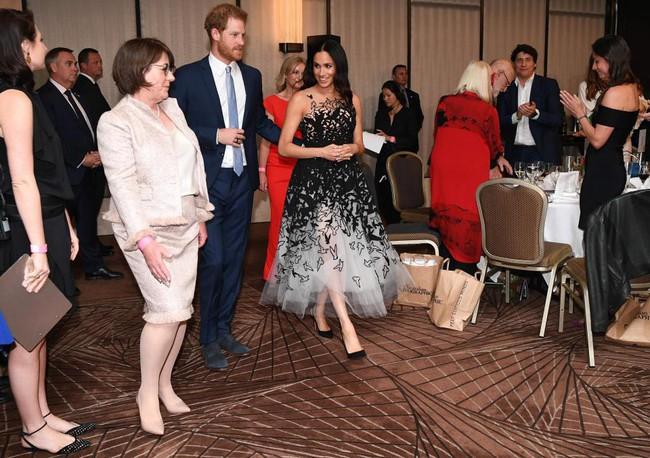 Công nương Meghan trông như nàng công chúa hiện đại trong chiếc váy đẳng cấp giá 300 triệu đồng - Ảnh 2.