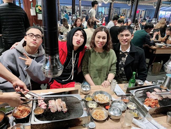 Đăng ảnh đi chơi Hàn Quốc, Sơn Tùng M-TP vô tình biến bố mẹ mình thành cặp bố mẹ chồng quốc dân lúc nào không hay - Ảnh 1.