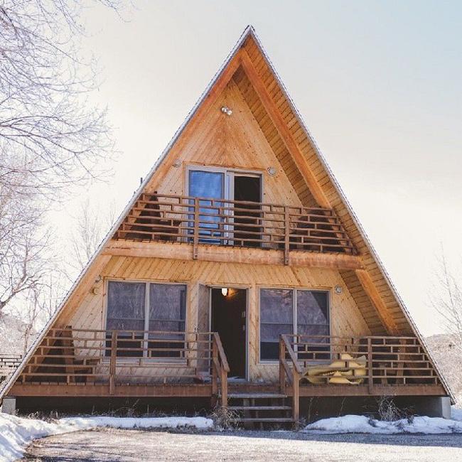 7 ngôi nhà nhỏ được cải tạo có thiết kế nội thất hiện đại khác xa với cảnh quan bên ngoài - Ảnh 1.