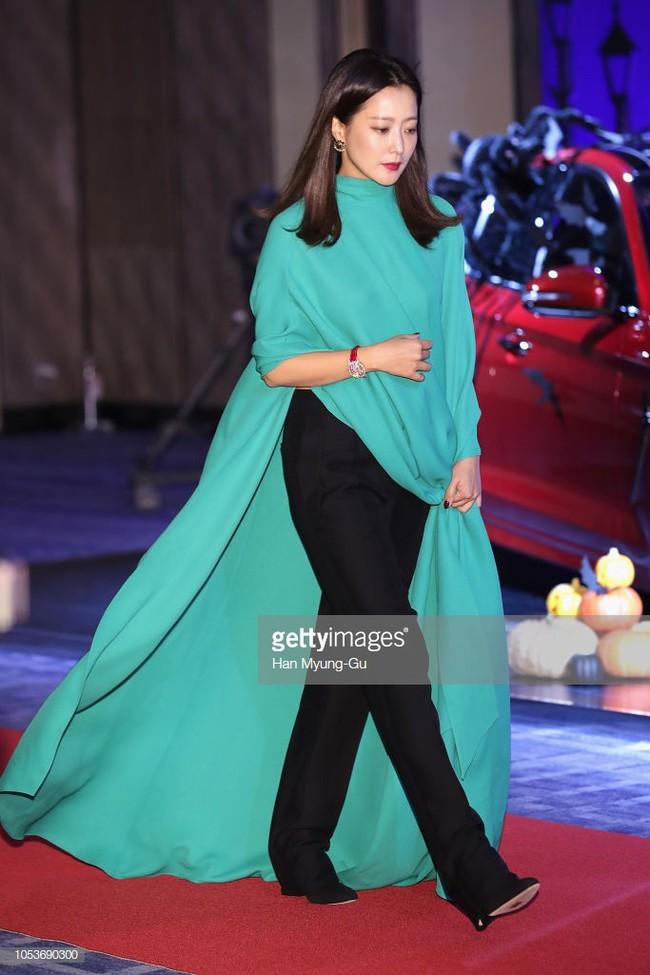 Nhan sắc trẻ trung bất chấp tuổi 41 của Kim Hee Sun cũng không thể cứu vãn nổi ca mặc khó hiểu, kém duyên này - Ảnh 3.