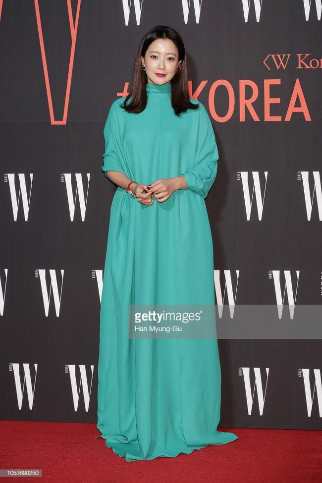 Nhan sắc trẻ trung bất chấp tuổi 41 của Kim Hee Sun cũng không thể cứu vãn nổi ca mặc khó hiểu, kém duyên này - Ảnh 4.