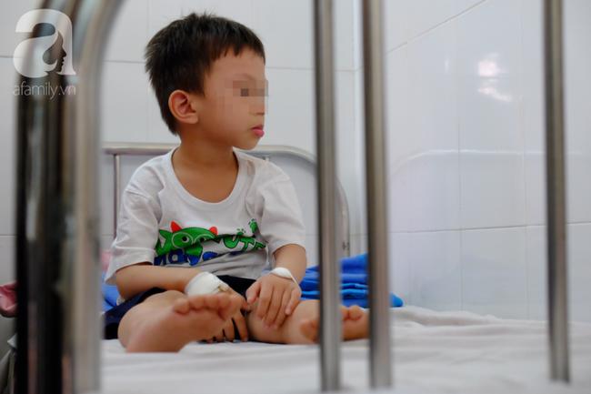 Vụ nhiều trẻ nghi ngộ độc sau khi ăn bánh mì: Tôi vừa đưa con út đi viện thì nghe con lớn phải cấp cứu - Ảnh 6.