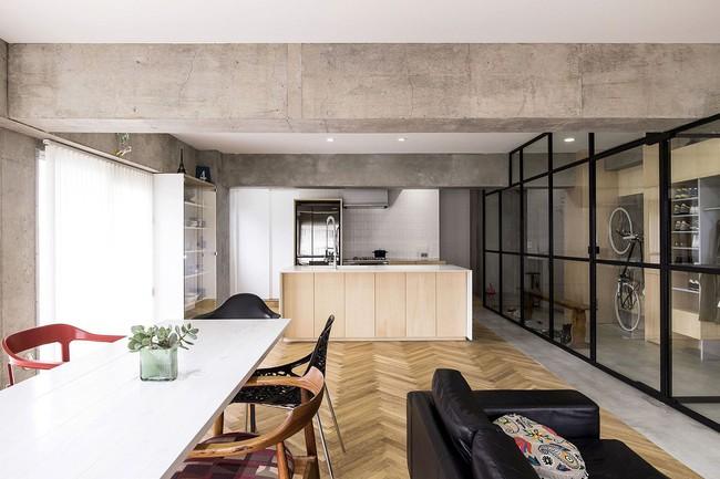 Ấn tượng với cách cải tạo căn hộ ở Nhật Bản với cửa xoay, tường kính và kết cấu đa dạng