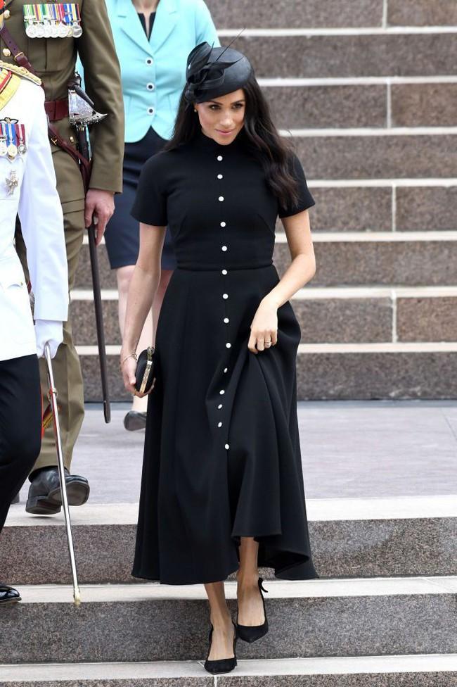 Vài ngày sau khi diện đầm 300 triệu VNĐ, Công nương Meghan xuất hiện với váy bầu bình dân có giá chỉ 1 triệu VNĐ - Ảnh 5.