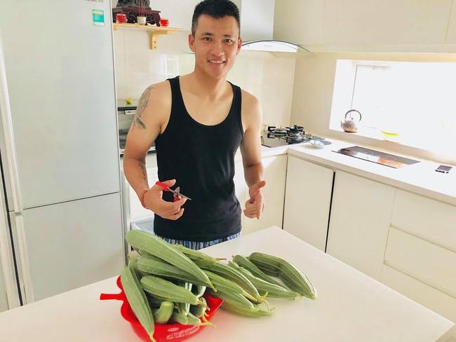 Vợ chồng Công Vinh – Thủy Tiên vui vẻ thu hoạch rau quả sạch trong vườn nhà - Ảnh 12.