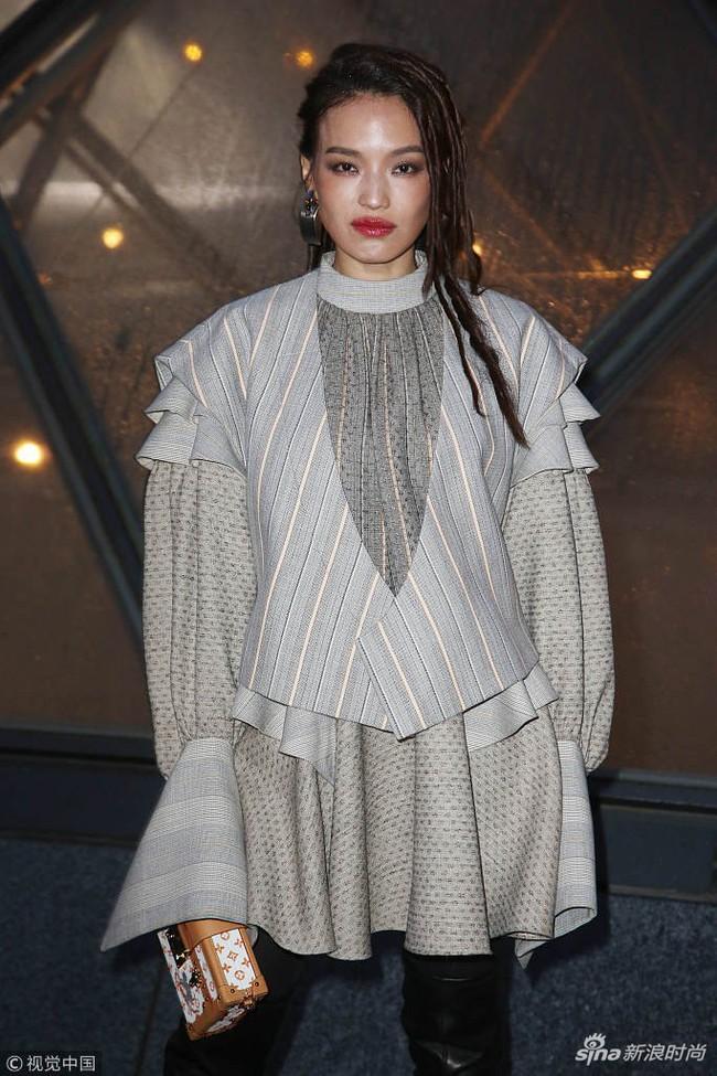 Show Louis Vuitton thiếu vắng Phạm Băng Băng, Thư Kỳ thành mỹ nhân Cbiz khiến dân tình trầm trồ vì style lạ - Ảnh 2.