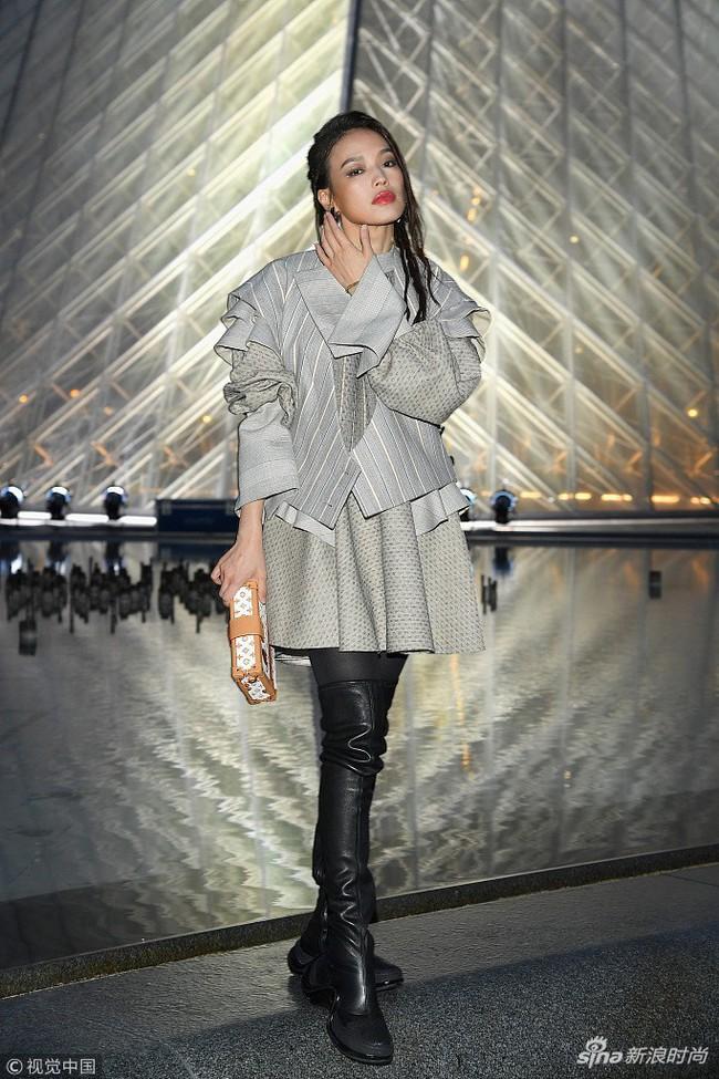 Show Louis Vuitton thiếu vắng Phạm Băng Băng, Thư Kỳ thành mỹ nhân Cbiz khiến dân tình trầm trồ vì style lạ - Ảnh 3.