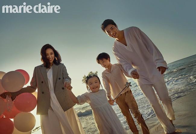 Bộ ảnh kỷ niệm 10 năm của vợ chồng Kwon Sang Woo: Bố mẹ đẹp miễn chê nhưng thần thái 2 con mới là điều mọi người chú ý - Ảnh 1.