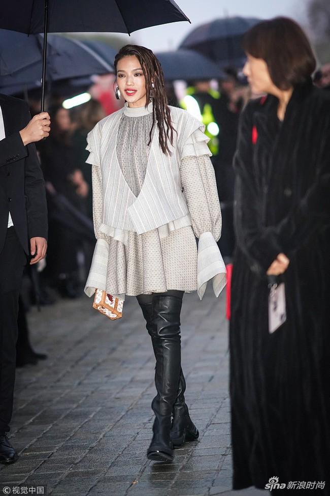 Show Louis Vuitton thiếu vắng Phạm Băng Băng, Thư Kỳ thành mỹ nhân Cbiz khiến dân tình trầm trồ vì style lạ - Ảnh 4.