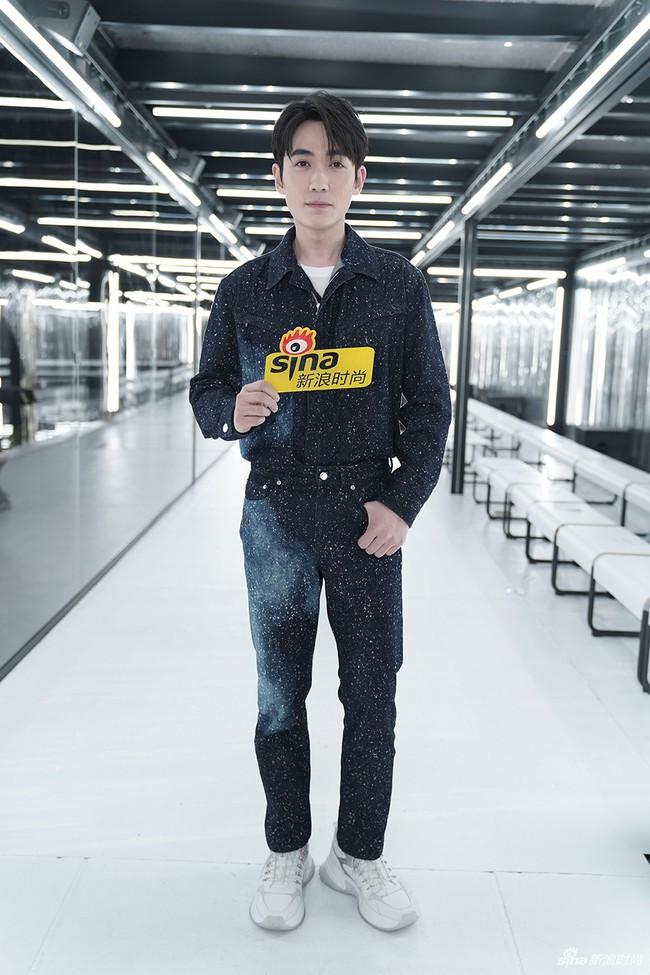 Show Louis Vuitton thiếu vắng Phạm Băng Băng, Thư Kỳ thành mỹ nhân Cbiz khiến dân tình trầm trồ vì style lạ - Ảnh 5.