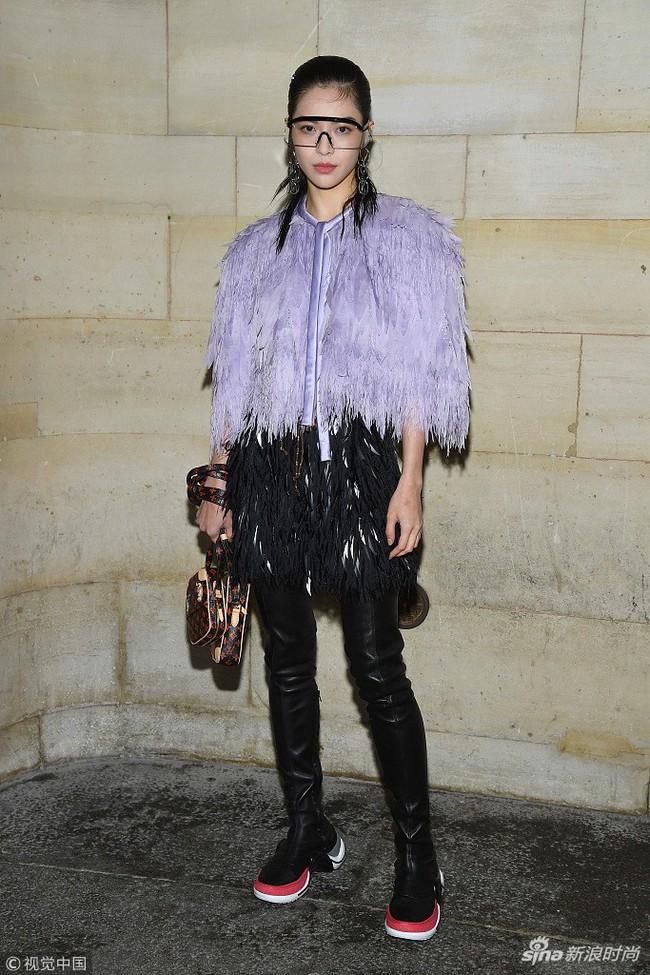 Show Louis Vuitton thiếu vắng Phạm Băng Băng, Thư Kỳ thành mỹ nhân Cbiz khiến dân tình trầm trồ vì style lạ - Ảnh 6.