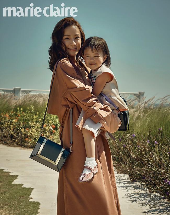 Bộ ảnh kỷ niệm 10 năm của vợ chồng Kwon Sang Woo: Bố mẹ đẹp miễn chê nhưng thần thái 2 con mới là điều mọi người chú ý - Ảnh 6.