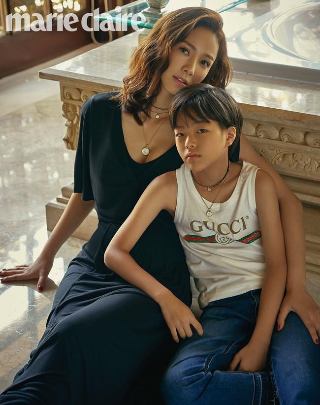Bộ ảnh kỷ niệm 10 năm của vợ chồng Kwon Sang Woo: Bố mẹ đẹp miễn chê nhưng thần thái 2 con mới là điều mọi người chú ý - Ảnh 4.