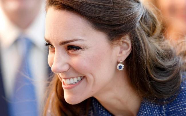 Công nương Kate chẳng bao giờ tiết lộ bí quyết dưỡng da nhưng stylist đã vô tình tiết lộ 5 sản phẩm cô sử dụng - Ảnh 1.