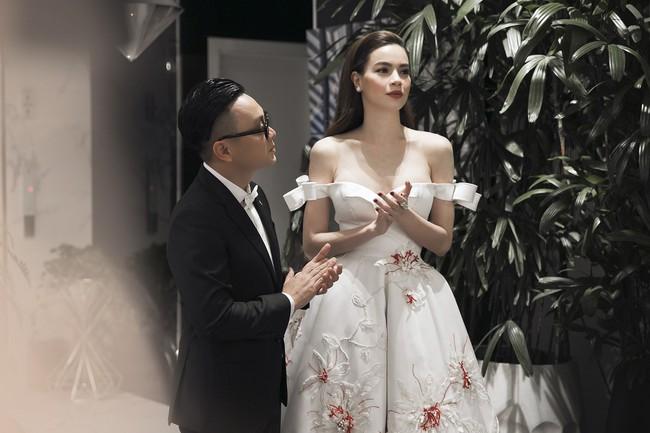 Rất lâu rồi mới trở lại sàn diễn thời trang, Hà Hồ đảm nhận luôn vị trí vedette trong show ra mắt BST mới của NTK Công Trí - Ảnh 1.