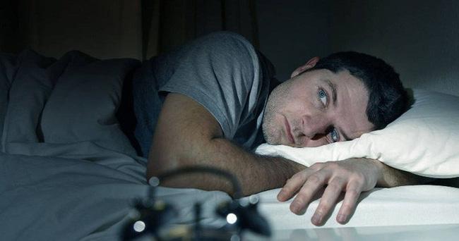 Sáng đèn khi ngủ: Thói quen không chỉ gây khó ngủ, lý do đáng sợ này mới là điều đáng nói! - Ảnh 2.