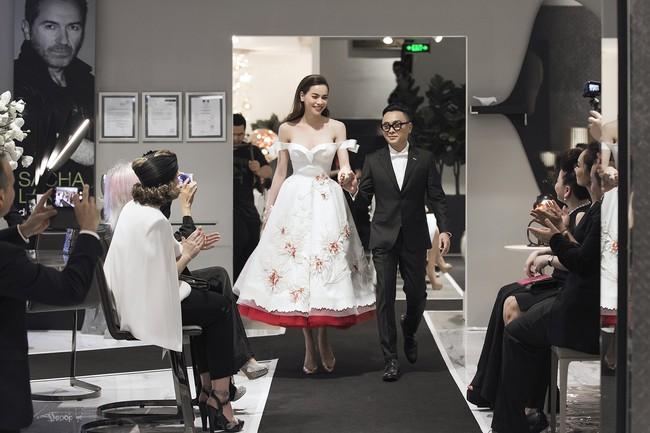 Rất lâu rồi mới trở lại sàn diễn thời trang, Hà Hồ đảm nhận luôn vị trí vedette trong show ra mắt BST mới của NTK Công Trí - Ảnh 2.