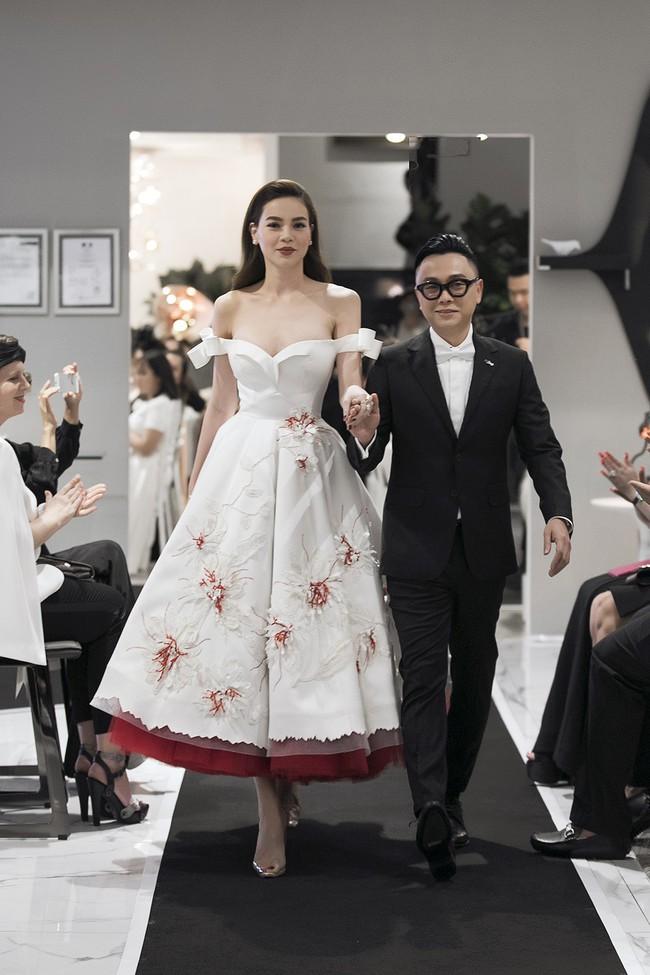 Rất lâu rồi mới trở lại sàn diễn thời trang, Hà Hồ đảm nhận luôn vị trí vedette trong show ra mắt BST mới của NTK Công Trí - Ảnh 3.