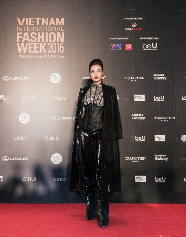 Bình thường lên đồ cũng xinh, mỗi tội cứ đến Fashion Week là Hoa Hậu Mỹ Linh lại mặc linh tinh vì ham... giật giũ - Ảnh 5.