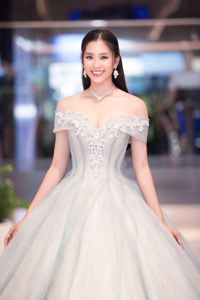Hoa hậu Tiểu Vy gây choáng ngợp với chiếc váy công chúa trong họp báo: Lọ Lem cũng chỉ đẹp đến thế là cùng! - Ảnh 1.