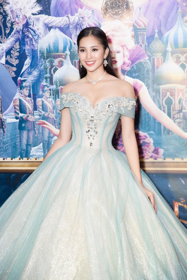 Hoa hậu Tiểu Vy gây choáng ngợp với chiếc váy công chúa trong họp báo: Lọ Lem cũng chỉ đẹp đến thế là cùng! - Ảnh 2.