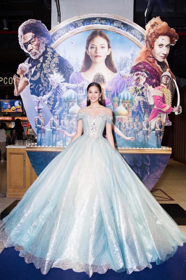 Hoa hậu Tiểu Vy gây choáng ngợp với chiếc váy công chúa trong họp báo: Lọ Lem cũng chỉ đẹp đến thế là cùng! - Ảnh 3.