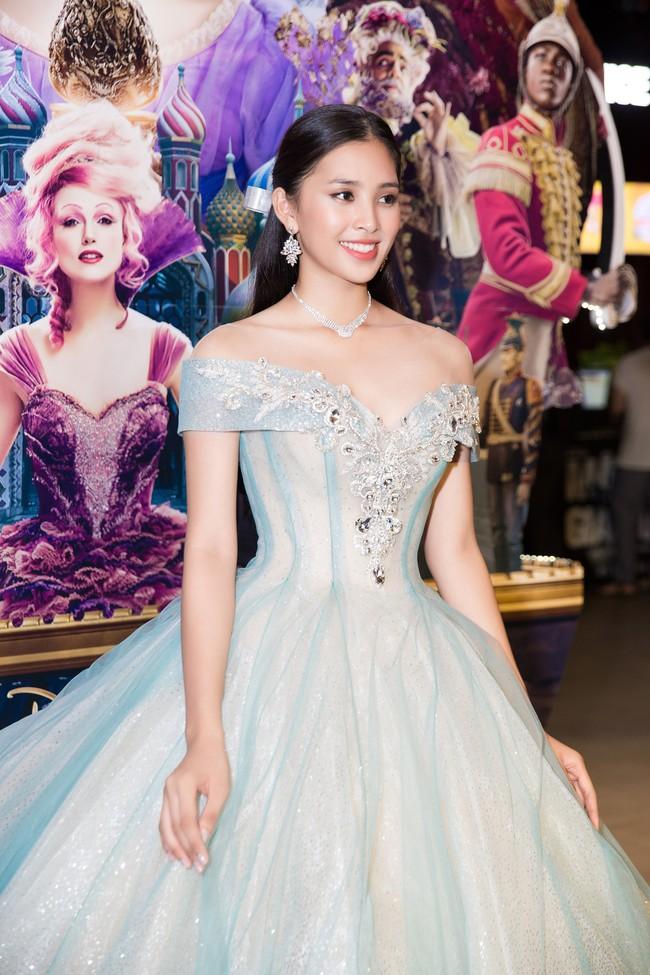 Hoa hậu Tiểu Vy gây choáng ngợp với chiếc váy công chúa trong họp báo: Lọ Lem cũng chỉ đẹp đến thế là cùng! - Ảnh 4.