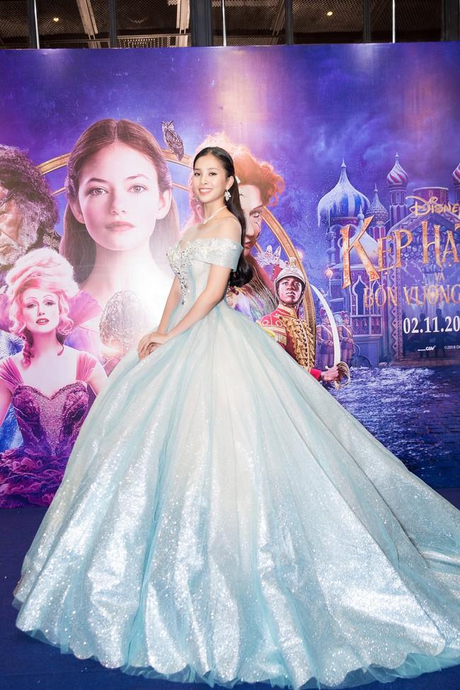Hoa hậu Tiểu Vy gây choáng ngợp với chiếc váy công chúa trong họp báo: Lọ Lem cũng chỉ đẹp đến thế là cùng! - Ảnh 5.