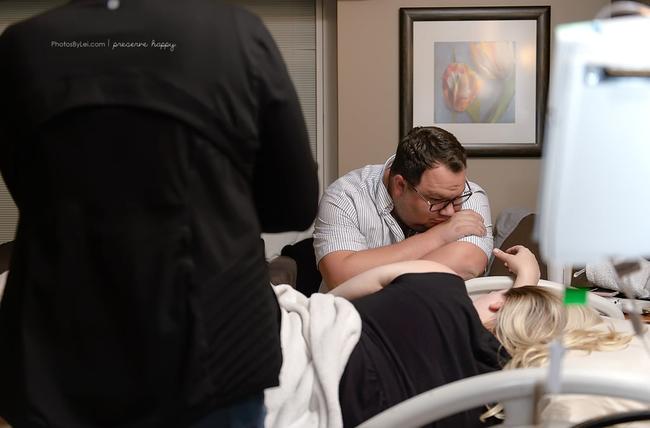 Khoảnh khắc vô cùng ngọt ngào khi cha là người đầu tiên đón con ra khỏi bụng mẹ - Ảnh 3.