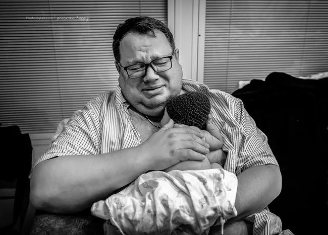 Khoảnh khắc vô cùng ngọt ngào khi cha là người đầu tiên đón con ra khỏi bụng mẹ - Ảnh 6.