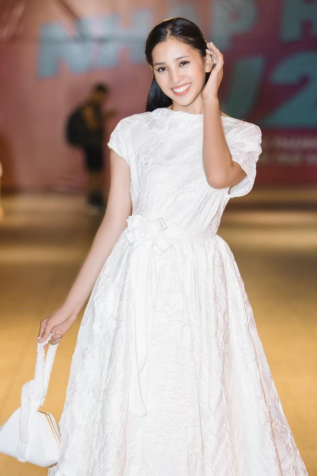 Hoa hậu Tiểu Vy gây choáng ngợp với chiếc váy công chúa trong họp báo: Lọ Lem cũng chỉ đẹp đến thế là cùng! - Ảnh 8.