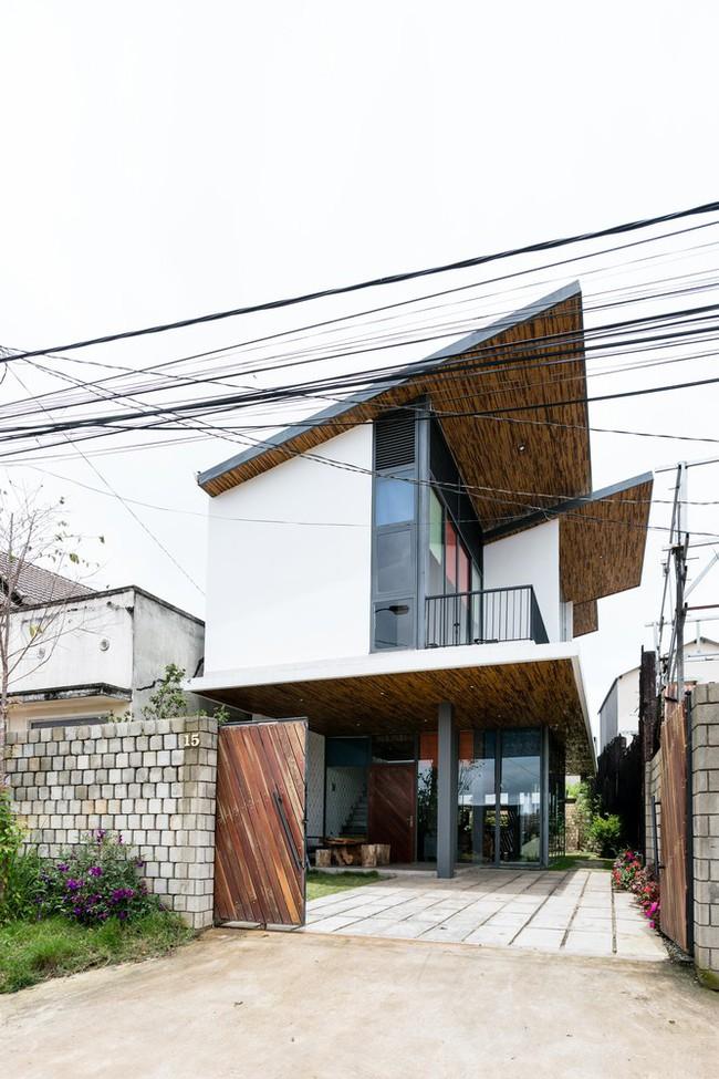 Ngôi nhà xây trên mảnh đất hẹp và dài nhưng tràn ngập cây xanh, ánh nắng đẹp như mơ ở Đà Lạt - Ảnh 4.