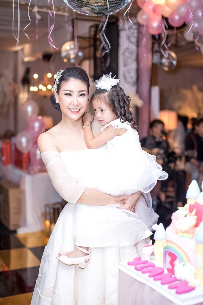 Sau khi tháo sụn mũi vì sợ hoại tử, Lệ Quyên rạng rỡ đi dự sinh nhật con gái Hoa hậu Hà Kiều Anh - Ảnh 1.
