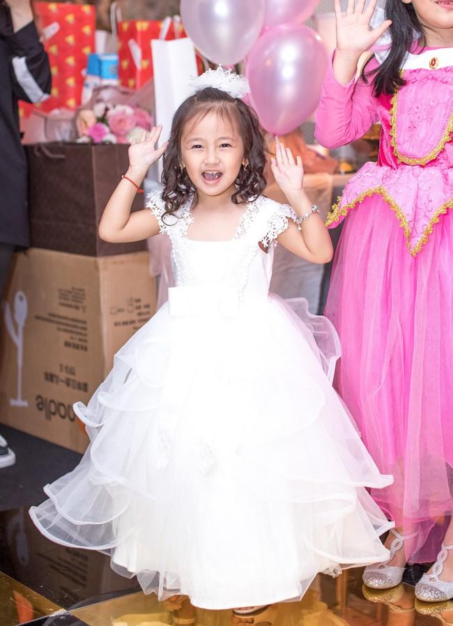 Sau khi tháo sụn mũi vì sợ hoại tử, Lệ Quyên rạng rỡ đi dự sinh nhật con gái Hoa hậu Hà Kiều Anh - Ảnh 3.