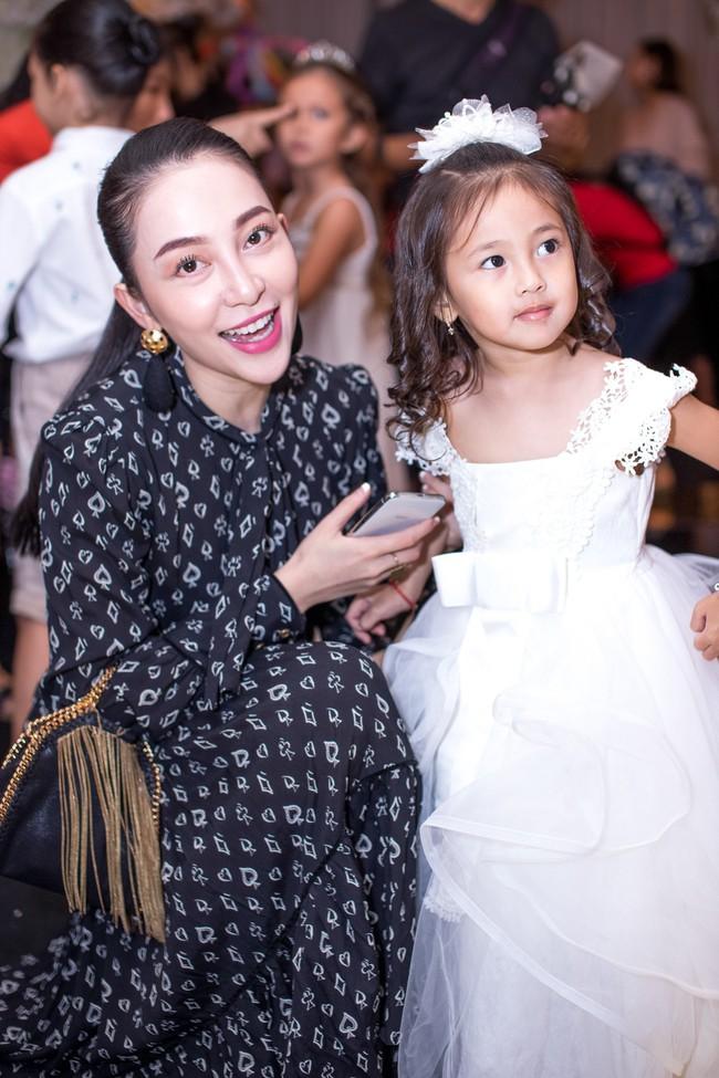 Sau khi tháo sụn mũi vì sợ hoại tử, Lệ Quyên rạng rỡ đi dự sinh nhật con gái Hoa hậu Hà Kiều Anh - Ảnh 5.