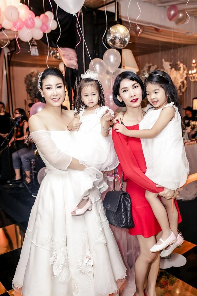 Sau khi tháo sụn mũi vì sợ hoại tử, Lệ Quyên rạng rỡ đi dự sinh nhật con gái Hoa hậu Hà Kiều Anh - Ảnh 8.