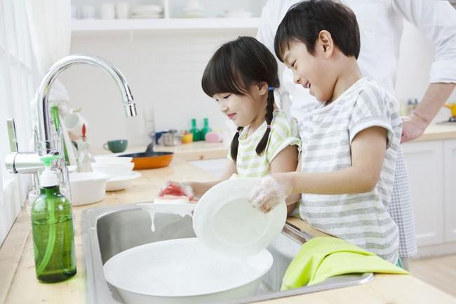 Mẹ trẻ có tư tưởng tiến bộ: Dạy con trai làm một việc mà trước nay ai cũng nghĩ chỉ dành cho con gái - Ảnh 3.