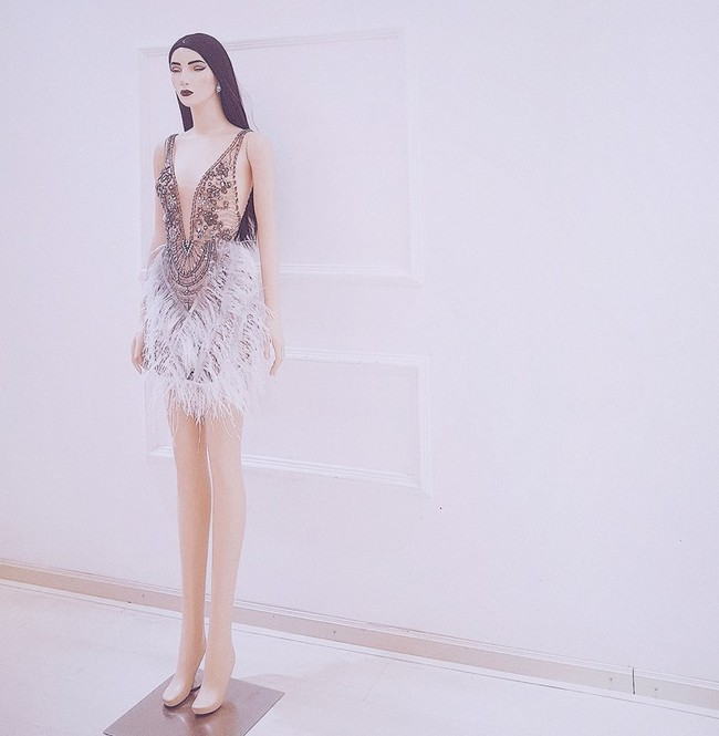 Lan Khuê thay đồ cưới liên tục như chạy show thời trang, có bộ đính 10.000 viên pha lê tốn 2 tháng thực hiện - Ảnh 7.