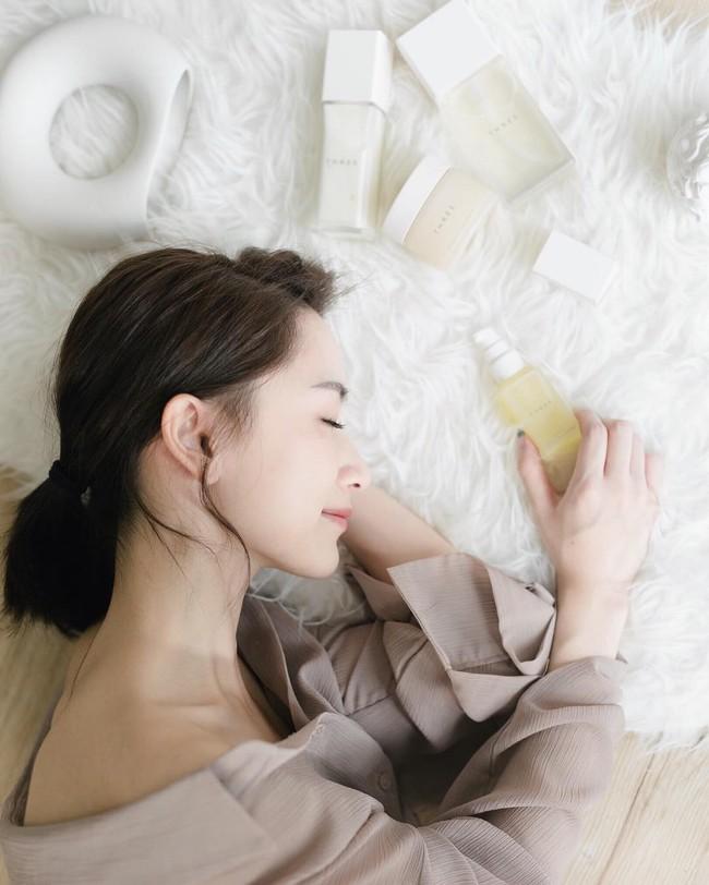 Chuyên gia da liễu chia sẻ 7 tips chăm sóc da mùa hanh khô, trong đó có một điều bạn sẽ không ngờ tới - Ảnh 2.