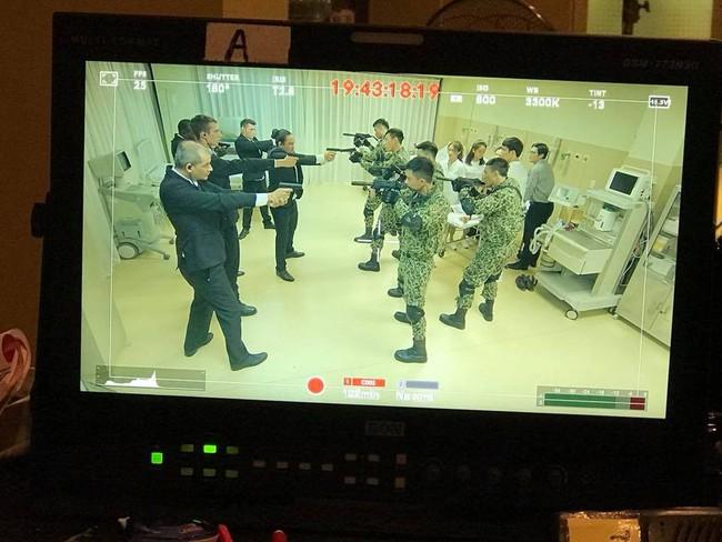 Hé lộ hình ảnh phân cảnh đại úy Duy Kiên - Song Luân đứng trước họng súng bảo vệ Khả Ngân - Ảnh 3.
