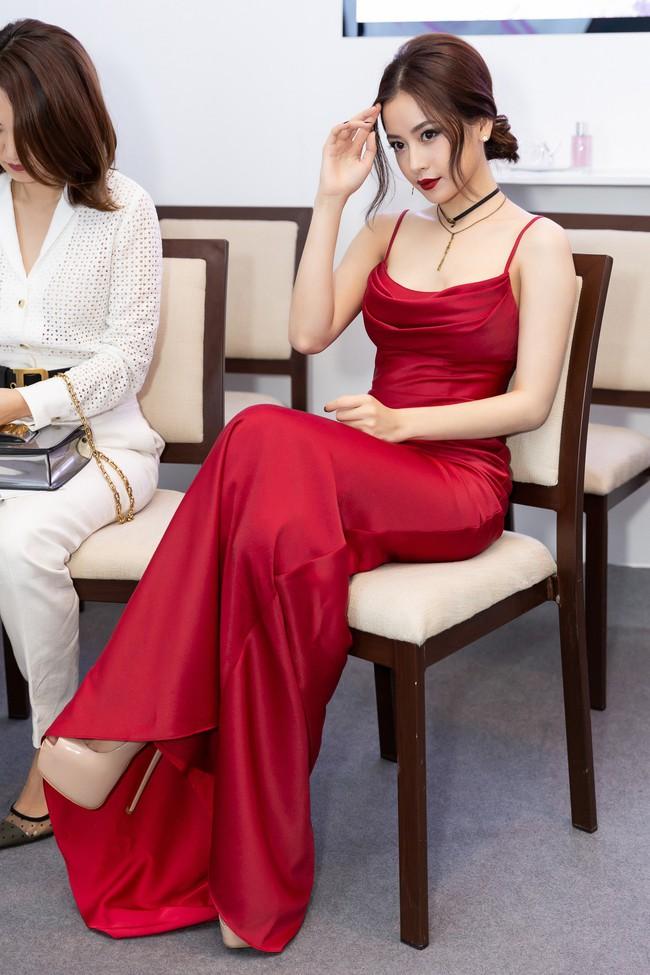 Bộ đôi gắt nhất ở event: Chi Pu đỏ rực giữa dàn đồ trắng, Quỳnh Anh Shyn giật giũ không nhận ra - Ảnh 3.
