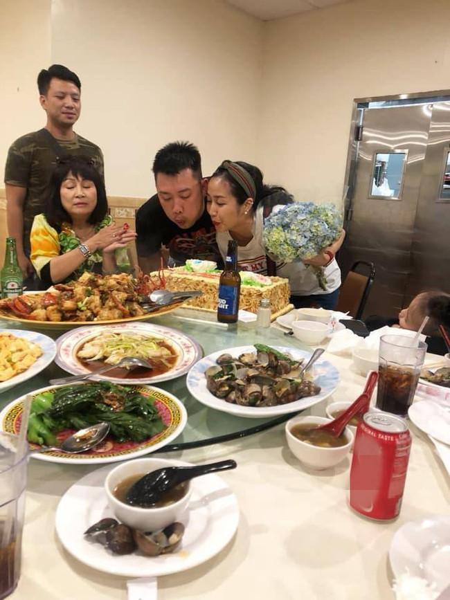 Không ồn ào rình rang, vợ chồng Ốc Thanh Vân tổ chức tiệc kỷ niệm 10 năm ngày cưới cực giản dị tại Mỹ - Ảnh 3.