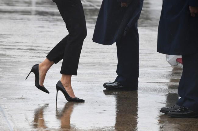 Những lần bà Melania Trump bị chỉ trích đã chứng minh: Mặc đẹp thôi chưa đủ, trang phục còn cần phải hợp hoàn cảnh nữa - Ảnh 2.
