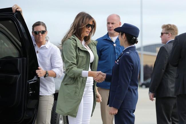 Những lần bà Melania Trump bị chỉ trích đã chứng minh: Mặc đẹp thôi chưa đủ, trang phục còn cần phải hợp hoàn cảnh nữa - Ảnh 6.