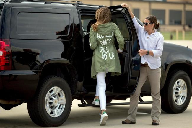 Những lần bà Melania Trump bị chỉ trích đã chứng minh: Mặc đẹp thôi chưa đủ, trang phục còn cần phải hợp hoàn cảnh nữa - Ảnh 5.